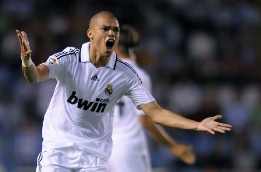"""Į karališkąjį Madrido """"Real"""" klubą Pepe atvyko 2007 metais iš """"Porto"""" ekipos, už 30 mln. eurų (daugiau kaip 170 mln. Lt) sumą."""