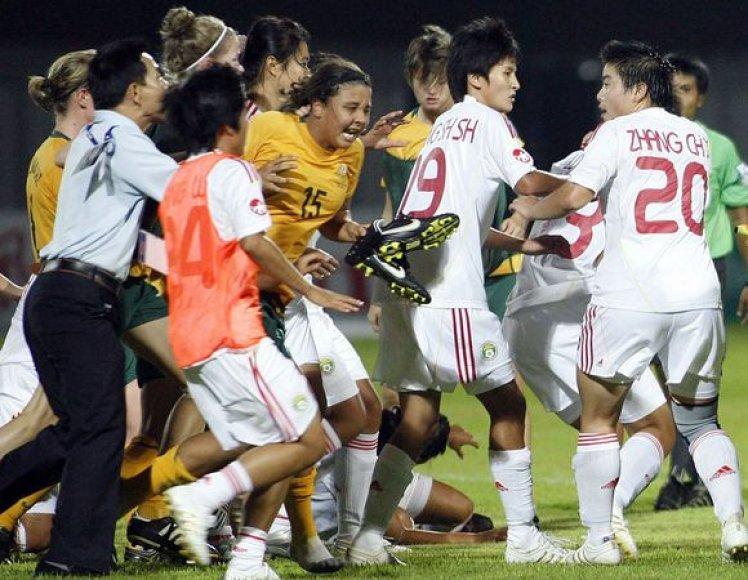 Kinių ir australių mačas Kinijoje vykstančiame Azijos merginų (iki 19 metų) futbolo čempionate baigėsi muštynėmis.