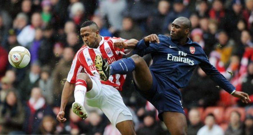 """""""Arsenal"""" klubui išvengti nesėkmės nepadėjo ir po ilgos pertraukos komandos marškinėlius vėl vilkėjęs Solas Campbellas"""