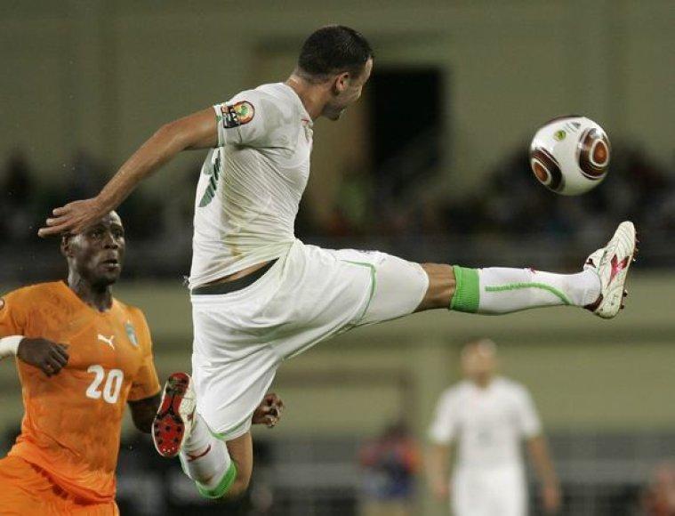 Alžyro vienuolikė į pusfinalį pateko tik po neįtikėtinai dramatiškos kovos palaužusi Dramblo Kaulo Kranto futbolininkų pasipriešinimą
