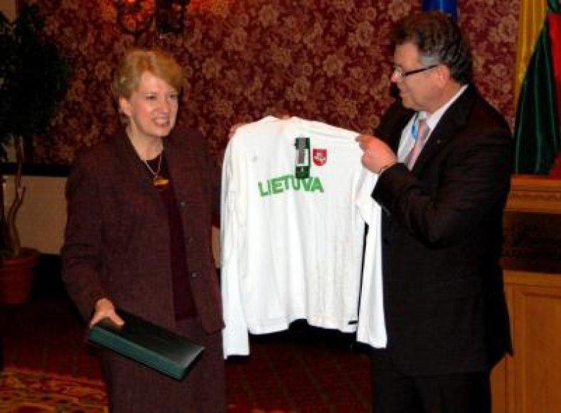 A.Poviliūnas Lietuvos ambasadorei Kanadoje G.Damušytei įteikė LTOK atminimo lėkštę bei Lietuvos olimpinius marškinėlius