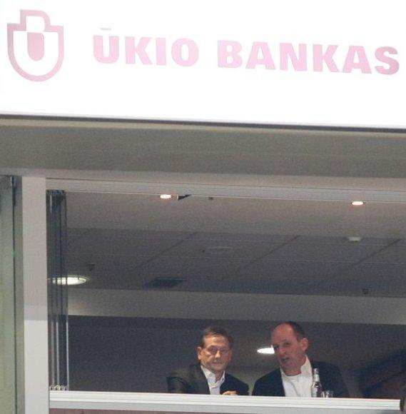 """Š.Sakalauskas (dešinėje) ne kartą buvo pastebėtas """"Žalgirio"""" savininko V.Romanovo draugijoje"""