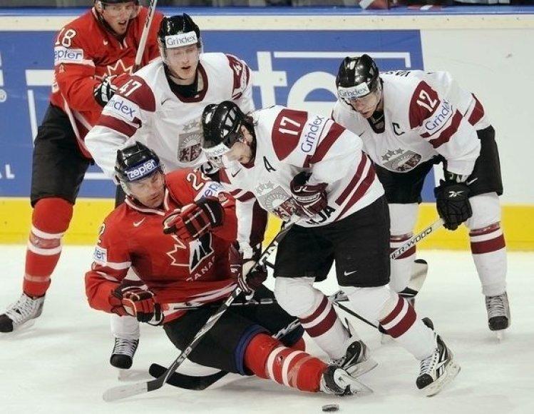 Nusileidę kanadiečiams latviai (balta apranga) patyrė antrą nesėkmę iš eilės
