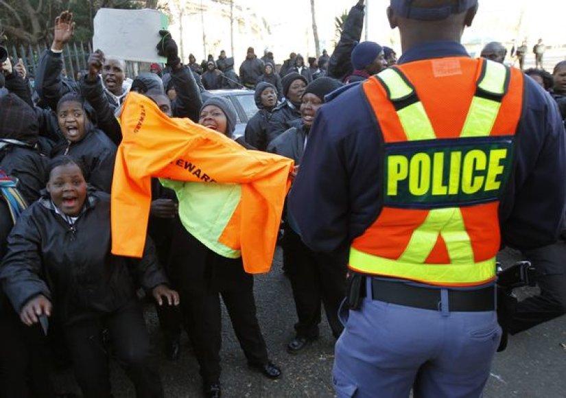Protestuojantys darbuotojai buvo pakeisti policininkais