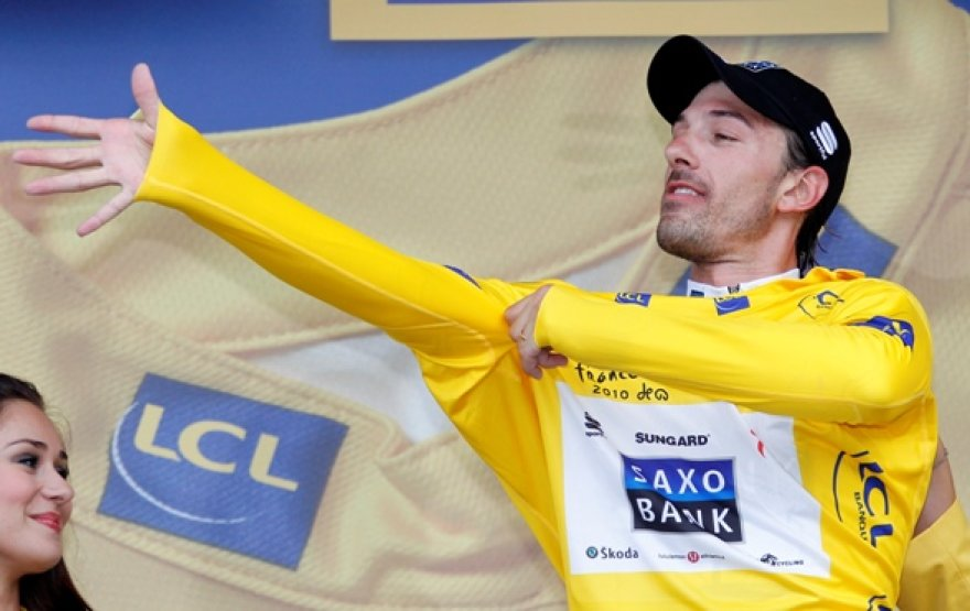 """Pirmasis geltonuosius šių metų """"Tour de France"""" marškinėlius apsivilko F.Cancellara"""