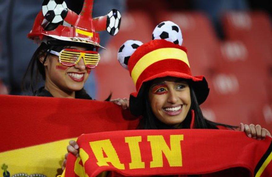 Ispanijos rinktinės gerbėjai švenčia - jų mylima rinktinė į pasaulio čempionato pusfinalį pateko pirmą kartą per šalies istoriją
