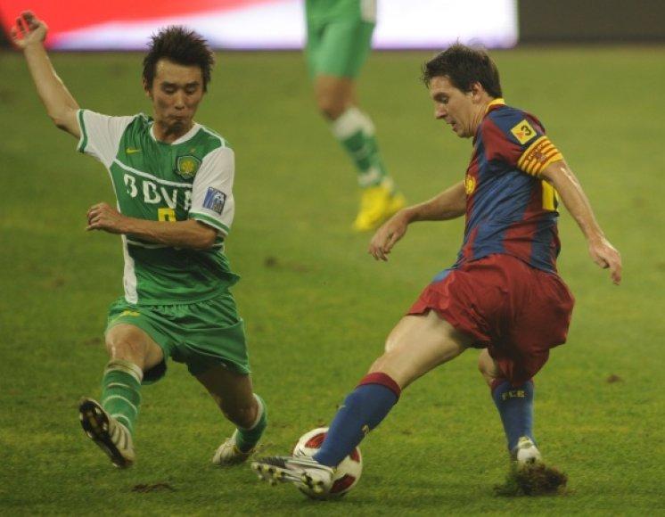 L.Messi (dešinėje) bando įveikti varžovų gynybą