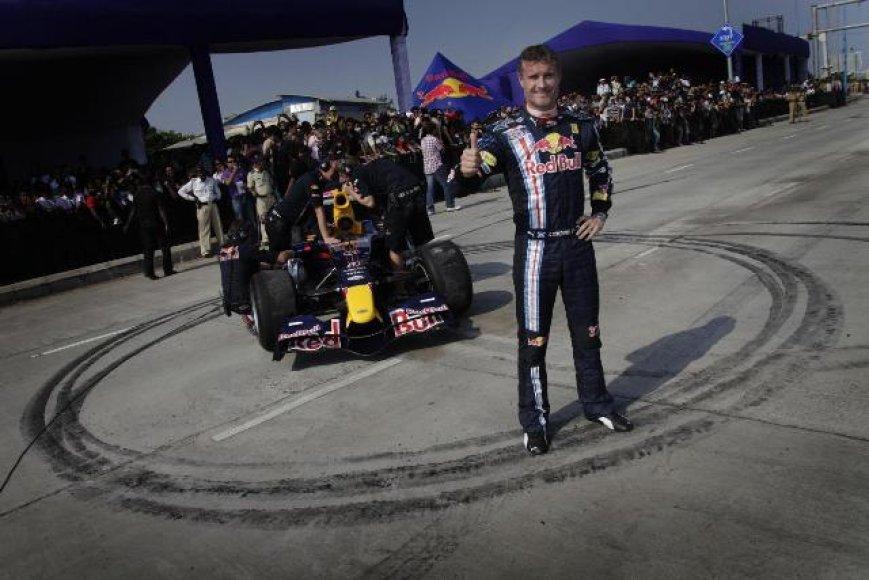 D.Coulthardas pasirodyme Indijoje