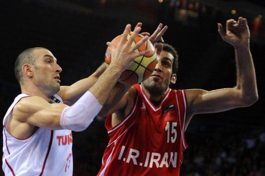 Iranas (dešinėje) įrodė pranašumą prieš Tunisą