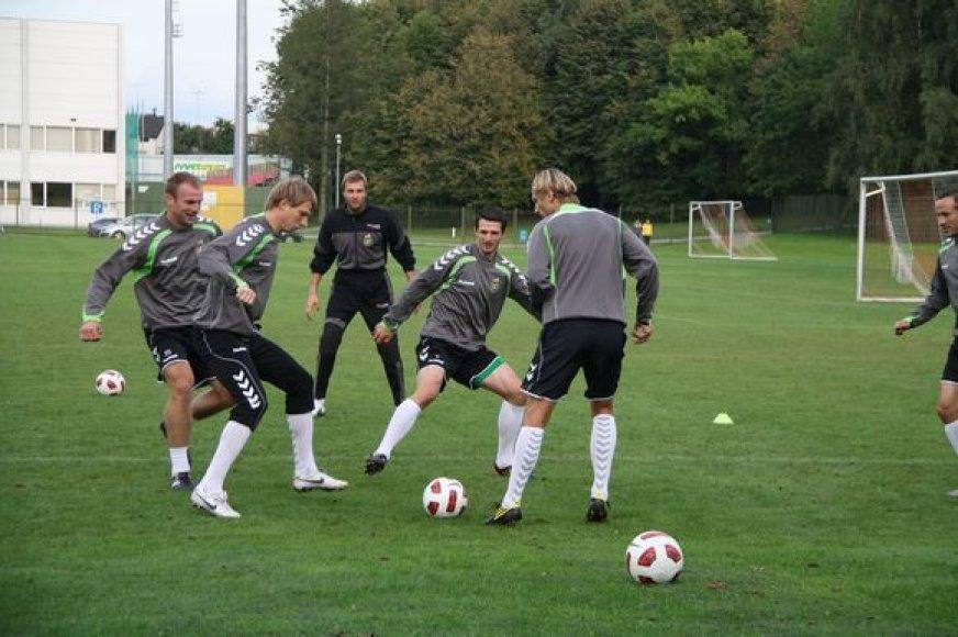Į Lietuvą ginti mūsų šalies garbės sugrįžusiems užsienio klubuose rungtyniaujantiems lietuviams iki mačo su Škotija nebus leidžiama pasimatyti su šeimos nariais