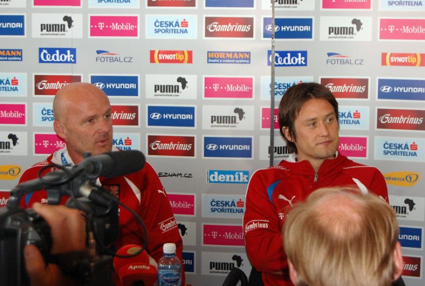 Čekų rinktinės treneris M.Bilekas (k.) ir lyderis T.Risicky