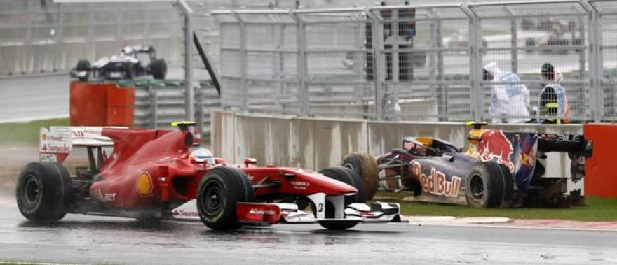 F.Alonso pralekia po sudaužytą M.Webberio bolidą