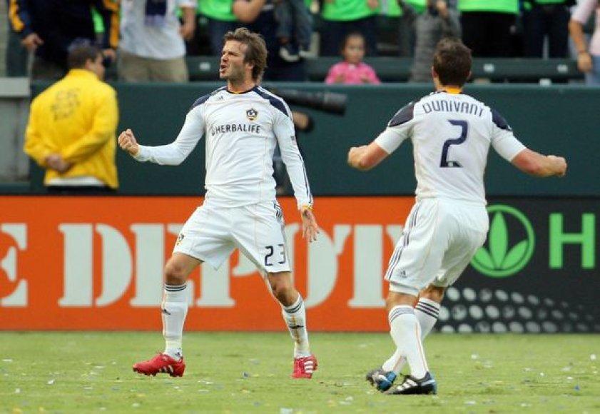 D.Beckhamas (kairėje) džiaugiasi įvarčiu