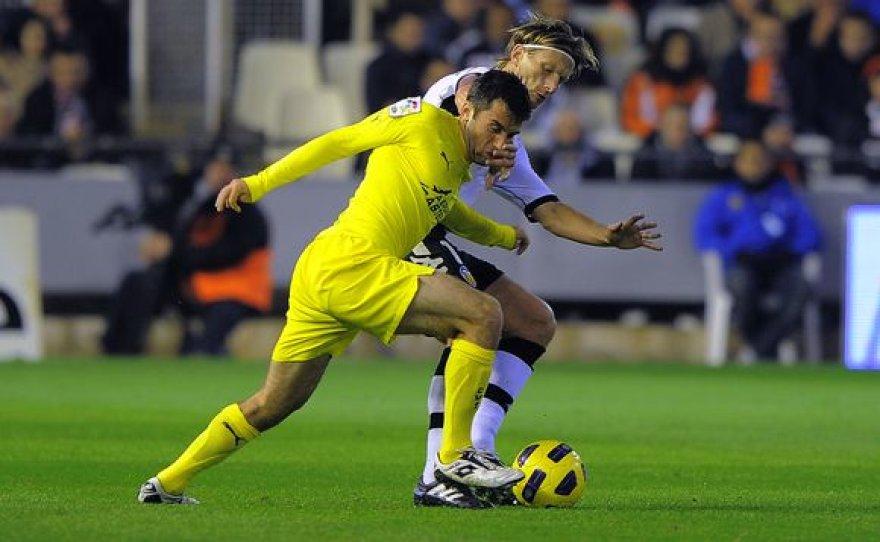 """Marius Stankevičius kovoja su """"Villarreal"""" atakų lyderiu Giuseppe Rossi (geltona apranga)."""