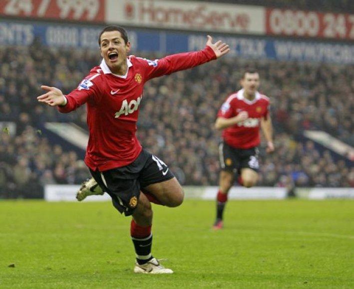 """""""Manchester United"""" klubui pergalę padovanojo Javieras Hernandezas."""