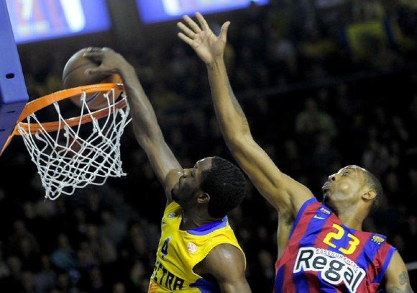 """Didžiausią intrigą kėlusioje dvikovoje """"Maccabi"""" (k.) nusileido """"Barcelona"""" ekipai."""