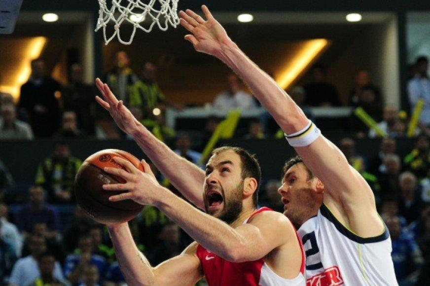 Darjušas Lavrinovičius (dešinėje) bando sustabdyti Vassilį Spanoulį.