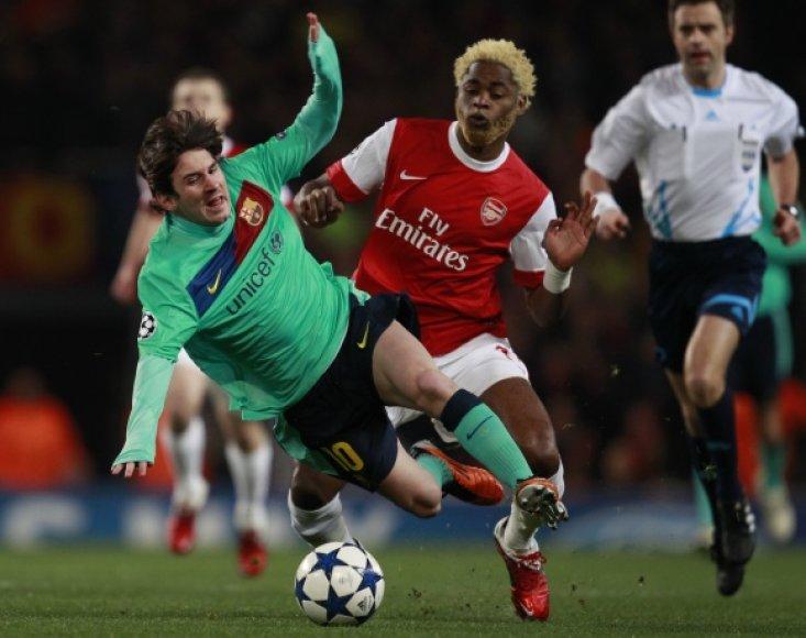 """Pirmosiose poros rungtynėse minimalų pranašumą įgijo """"Arsenal"""", namuose 2-1 įveikęs """"Barcelonos"""" klubą."""