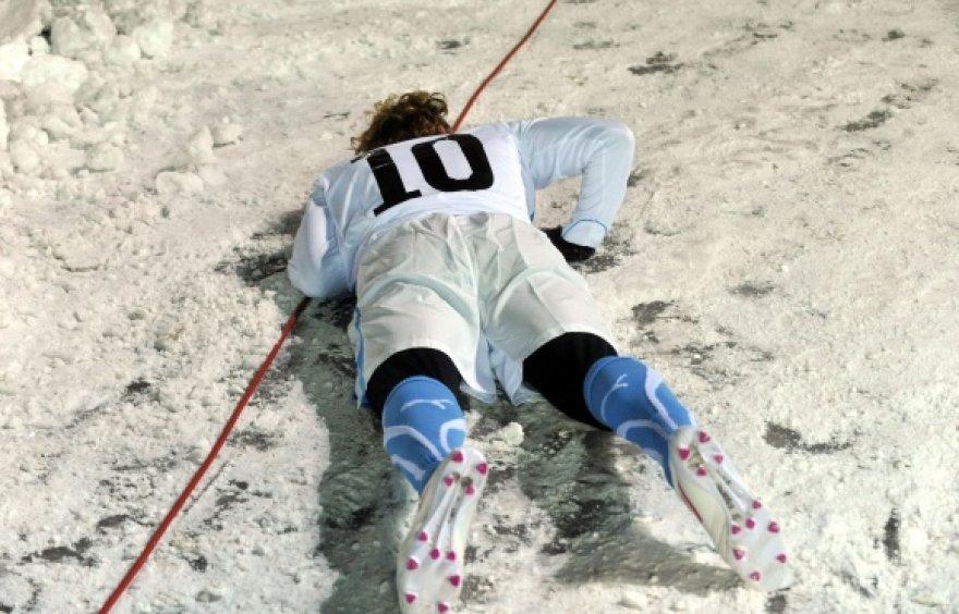 Geriausias 2010 metų pasaulio čempionato futbolininkas urugvajietis Diego Forlanas parkritęs ant sniegu padengto stadiono Taline.