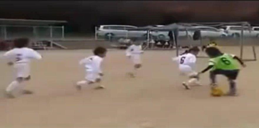 Jaunasis japonas futbolo įgudžiais gerokai pranoksta savo bendraamžius.
