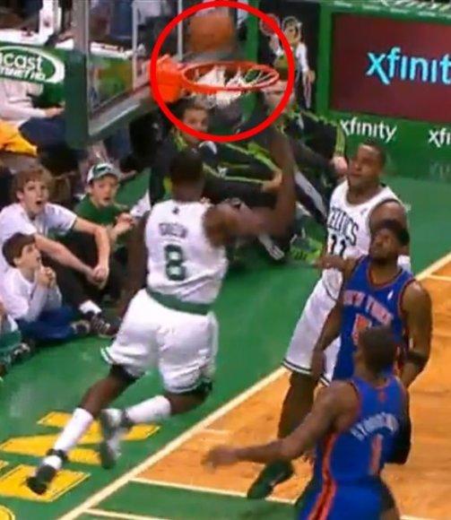 Kamuolys iš krepšio iššoko pataikęs į Jeffo Greeno galvą.