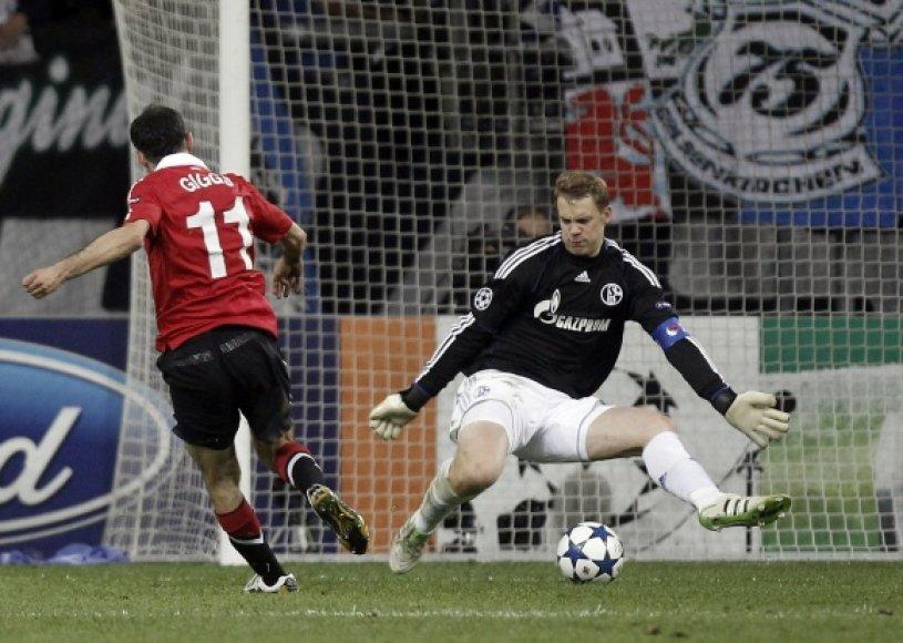 """Nuo didesnio pralaimėjo """"Schalke"""" ekipą išgelbėjo tik stebuklus išdarinėjęs vartininkas Manuelis Neueris (dešinėje)."""