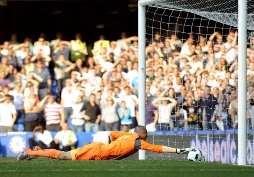 """""""Tottenham"""" vartininkas Heurelho Gomesas siekia kamuolio."""