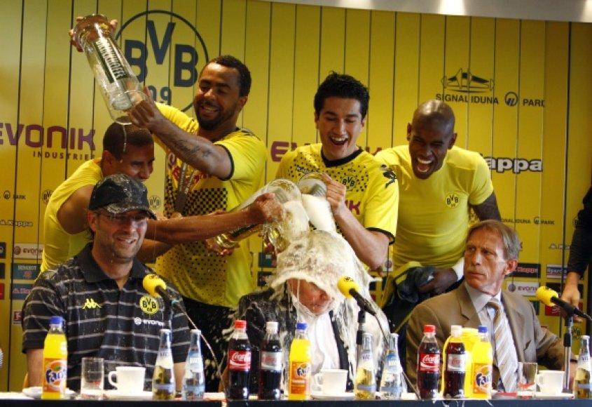 """""""Borussia"""" futbolininkai sveikina komandos trenerį Juergeną Kloppą."""