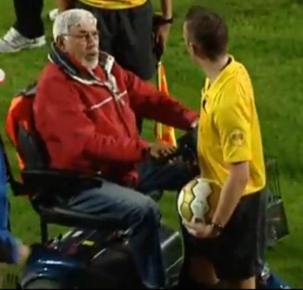 """Sirgalius neįgaliųjų vežimėlyje pabandė smūgiais """"paauklėti"""" teisėją."""
