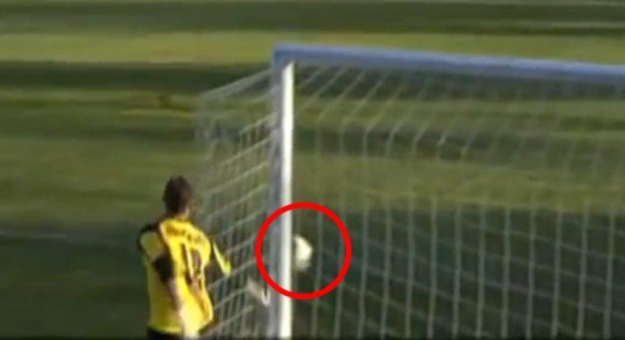 Į užribį skriejusį kamuolį vartininkas A.Gomelko įsimetė į savo vartus.
