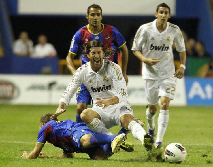 """""""Real"""" (balta apranga) neįveikė """"Levante"""" gynybos."""