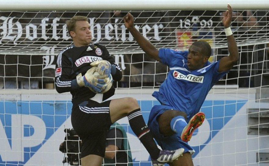 """""""Bayern"""" vartininkas Manuelis Neueris (kairėje) įvarčio nepraleidžia jau daugiau nei 1000 minučių."""