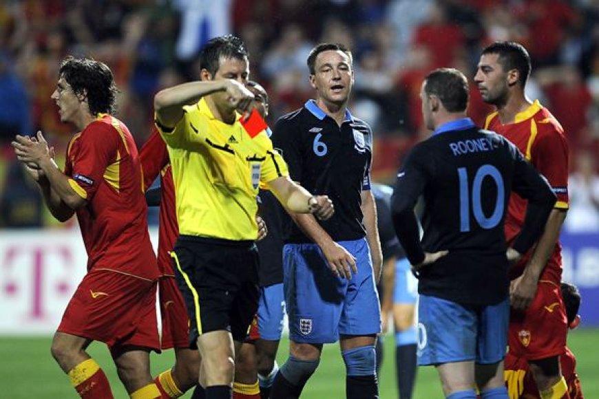 Wayne'as Rooney buvo pašalintas už spyrį varžovui.