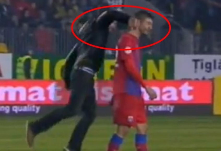 Įsibrovėlis futbolininką puolė smūgiu kumščiu iš nugaros.