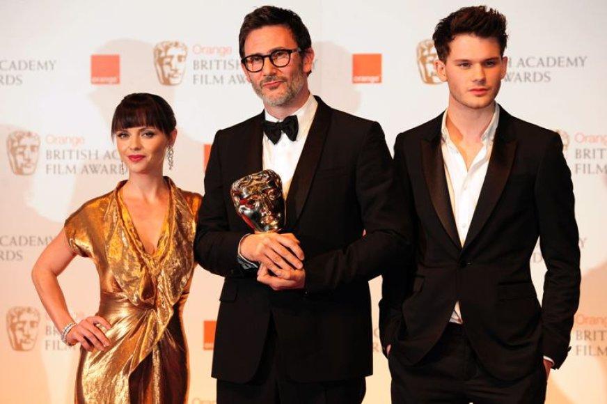 Prancūzų režisierius Michelis Hazanavicius (centre) su jam amerikiečių aktore Christina Ricci ir britų aktoriumi Jeremy Irvine'u.
