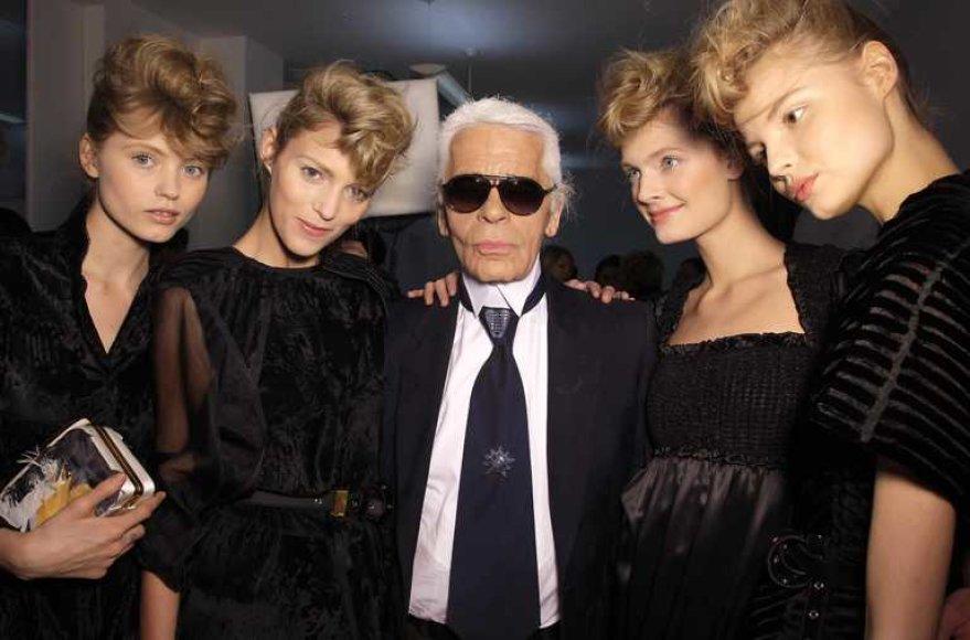 Karlas Lagerfeldas su modeliais