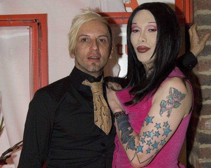 Pete'as Burnsas (dešinėje) su sutuoktiniu Michaelu Simpsonu