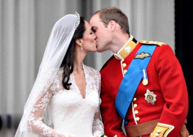 Didžiosios Britanijos princo Williamo ir princesės Catherine bučinys