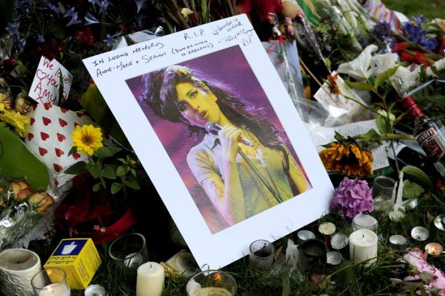 Gėlės, žvakės ir atvirutės prie Amy Winehouse namų