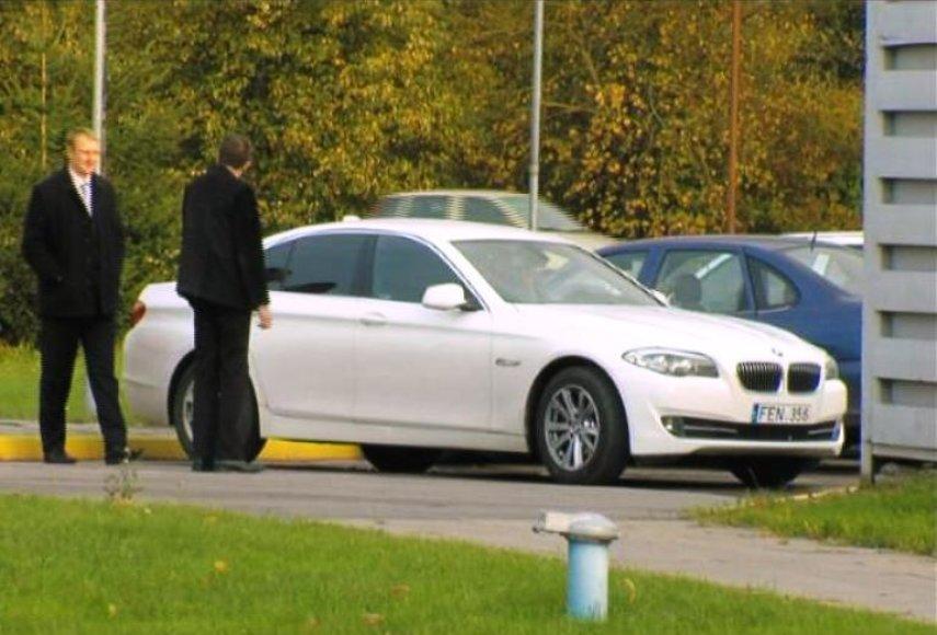 Andrius Šedžius tariamam pirkėjui siūlo BMW.