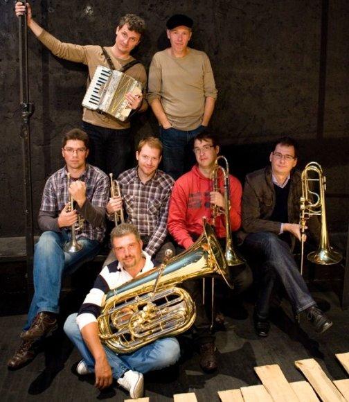 """Andrius Kaniava su sunkiosios muzikos orkestru """"Musė""""."""