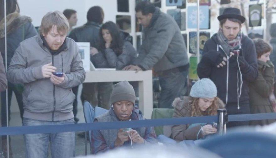 """""""Samsung"""" reklamoje """"Apple"""" gerbėjai vadinami miesto stovyklautojais."""