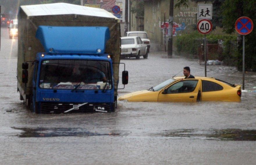 Pakilęs vanduo užtvindė kelius.