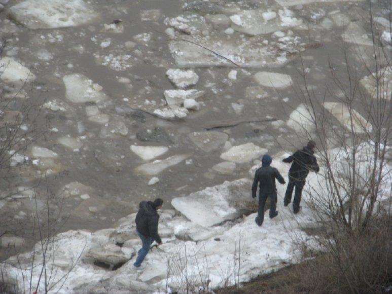 Neries krantines vietomis užliejo vanduo, todėl vaikščioti jomis pavojinga.