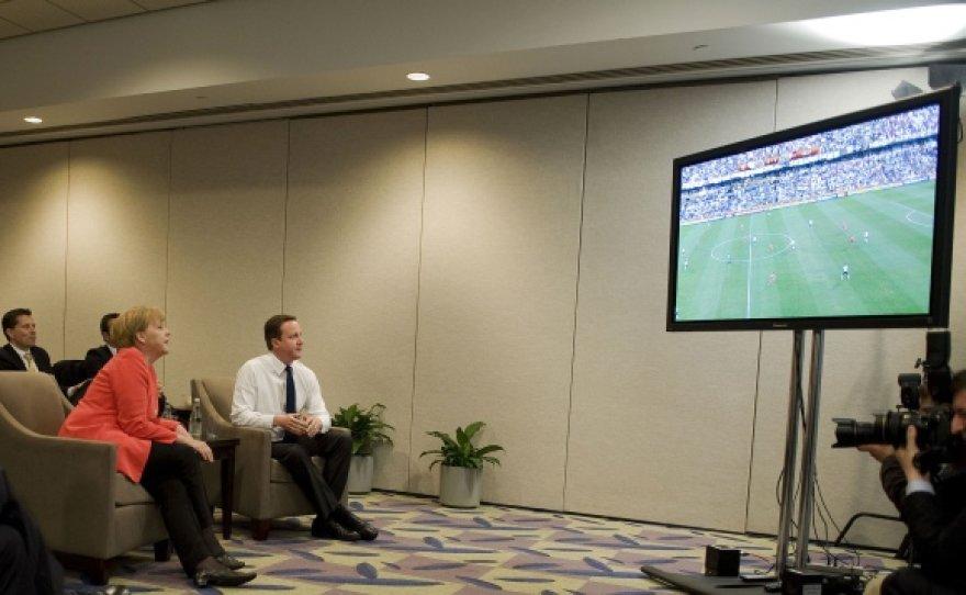 A.Merkel ir D.Cameronas žiūri futbolo rungtynes tarp Didžiosios Britanijos ir Vokietijos rinktinių.