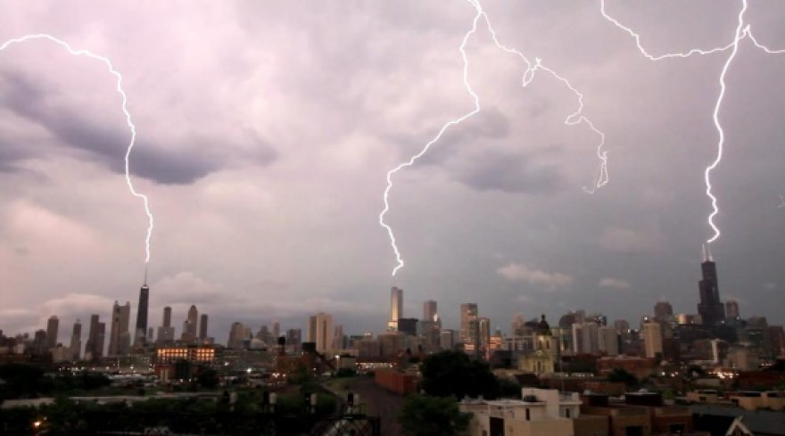 Žaibai vienu metu trenkė į tris aukščiausius Čikagos pastatus.