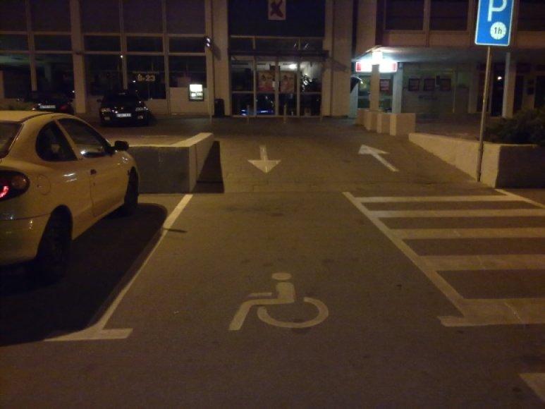 Neįgaliųjų parkavimo vieta virto išvažiavimu.