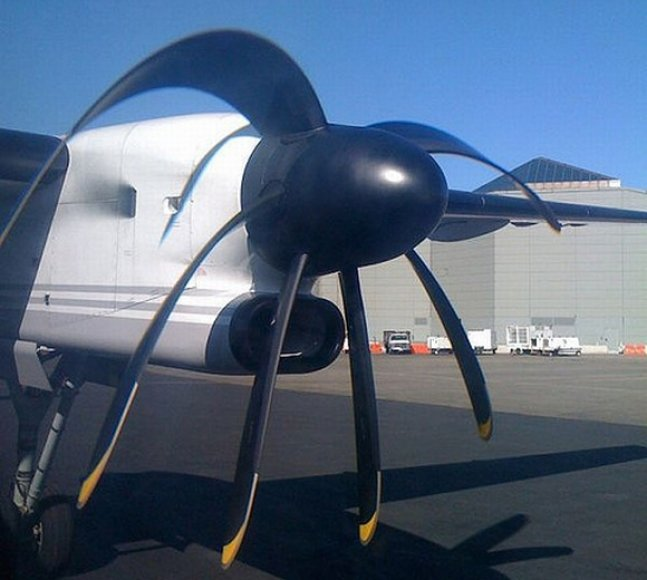 Telefonu nufotografuoto besisukančio propelerio sparnai atrodo nulinkę.