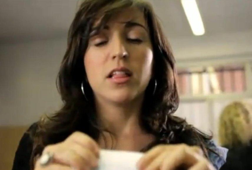Vaizdo įraše rodoma balsuoti atėjusi moteris, kuri mesdama biuletenį suvaidina orgazmą.