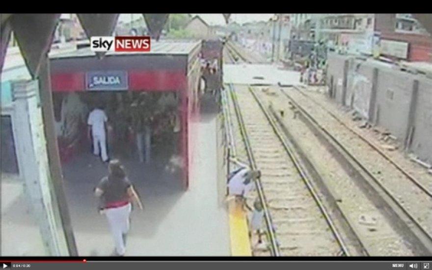Motina paleido dukrą ant traukinio bėgių ir, pamačiusi atvažiuojantį lokomotyvą, paliko ją likimo valiai.